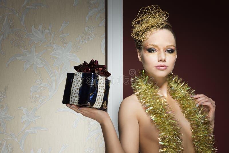 Femme avec le regard créatif de Noël photographie stock