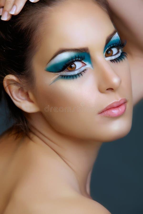 Femme avec le renivellement de turquoise. photographie stock