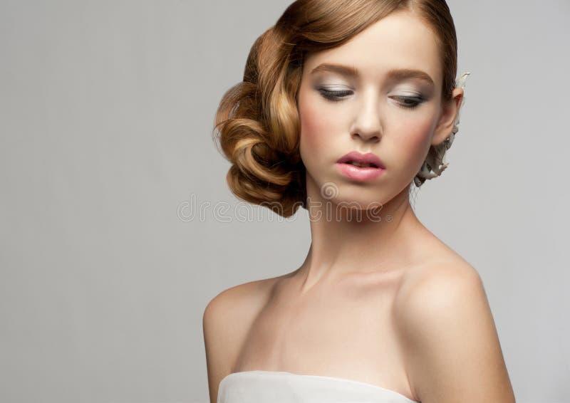 Femme avec le renivellement et la coiffure images libres de droits