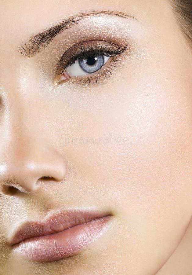 Femme avec le renivellement normal parfait images stock