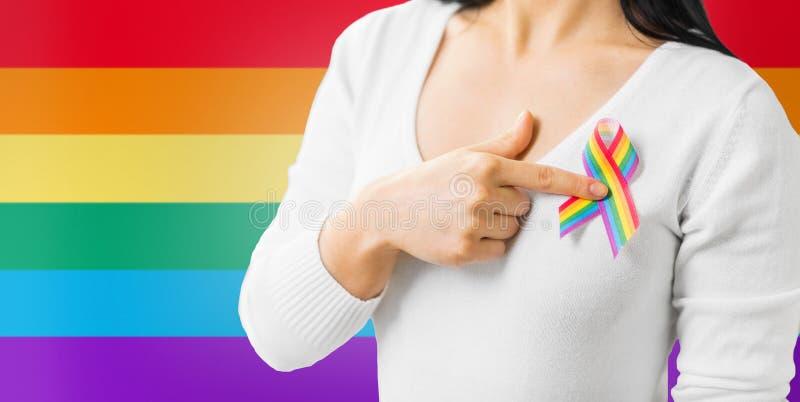 Femme avec le ruban de conscience de fierté gaie sur son coffre images stock