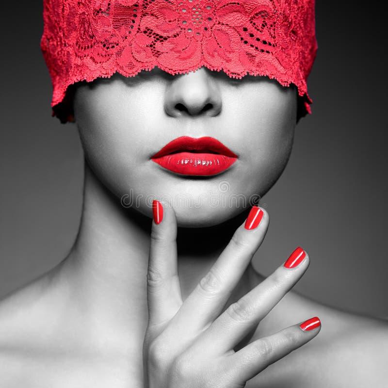 Femme avec le ruban de dentelle rouge sur des yeux image libre de droits
