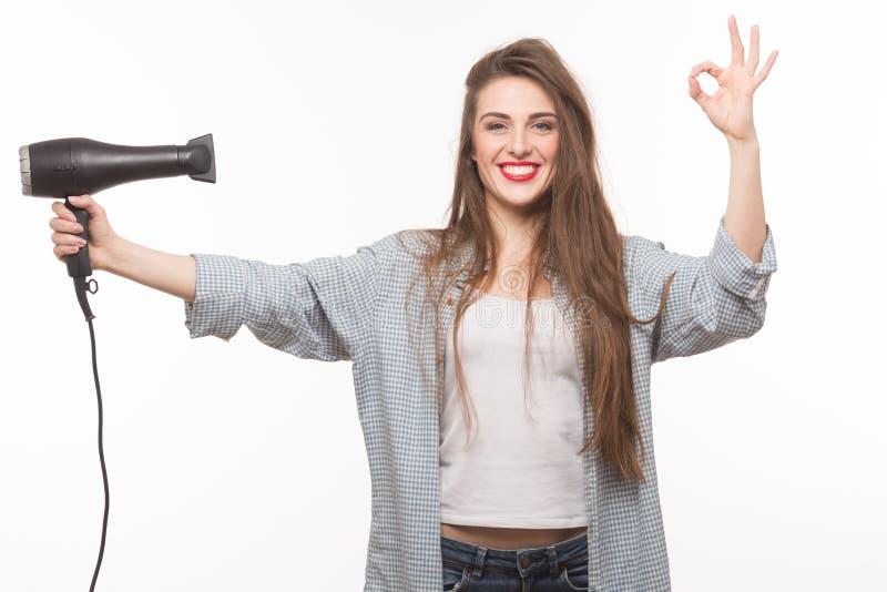 Femme avec le sèche-cheveux dans le studio photos stock