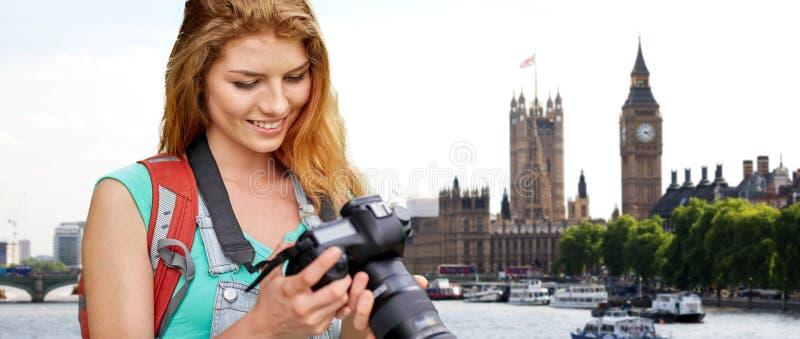 Femme avec le sac à dos et appareil-photo au-dessus de Londres grand Ben image libre de droits