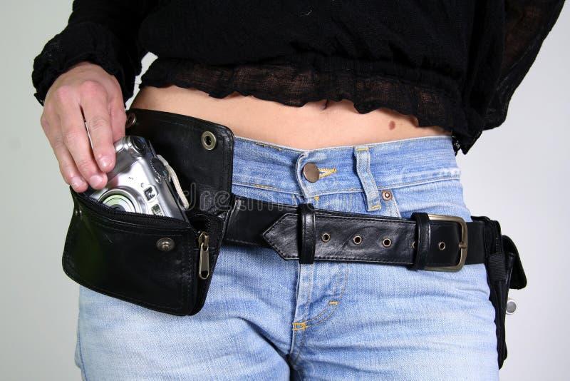 Femme avec le sac de courroie d'argent photographie stock