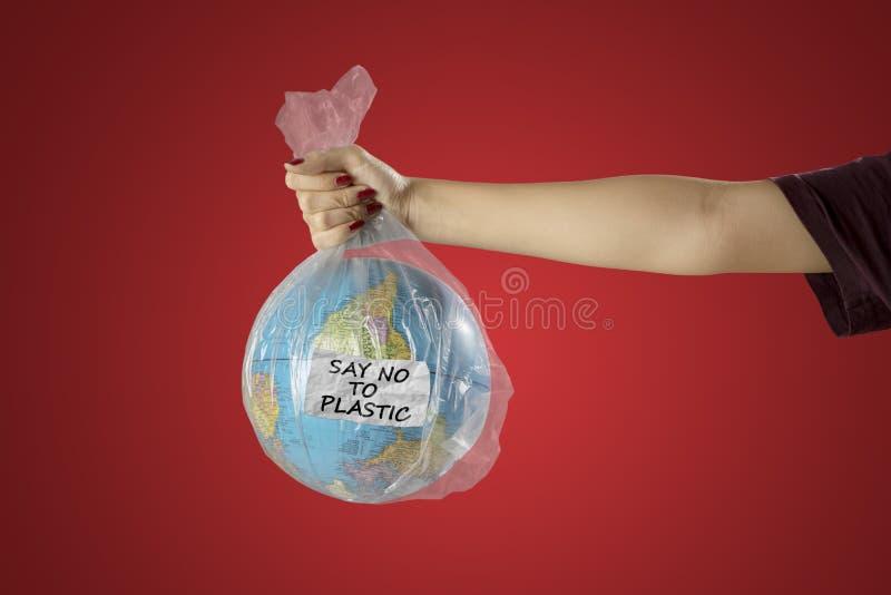 Femme avec le sachet de globe et en plastique de la terre images libres de droits