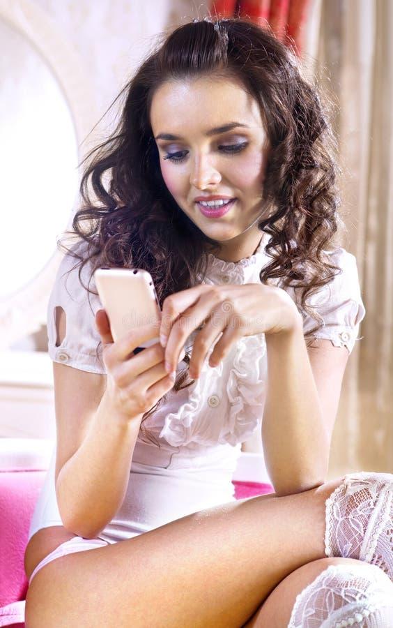 Femme avec le smartphone images stock