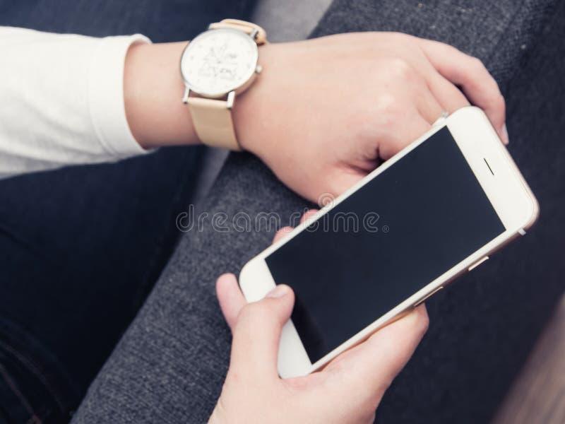 Femme avec le smartphone photo stock