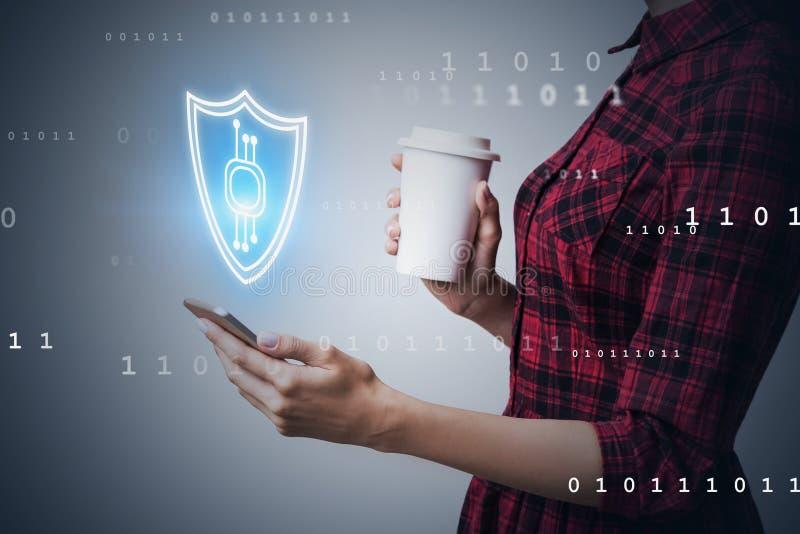 Femme avec le smartphone, interface de sécurité de cyber photographie stock