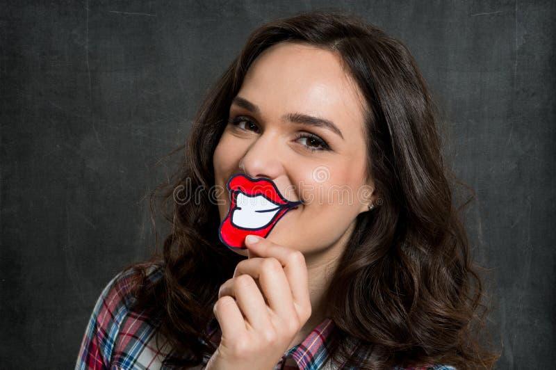 Femme avec le sourire de papier image stock
