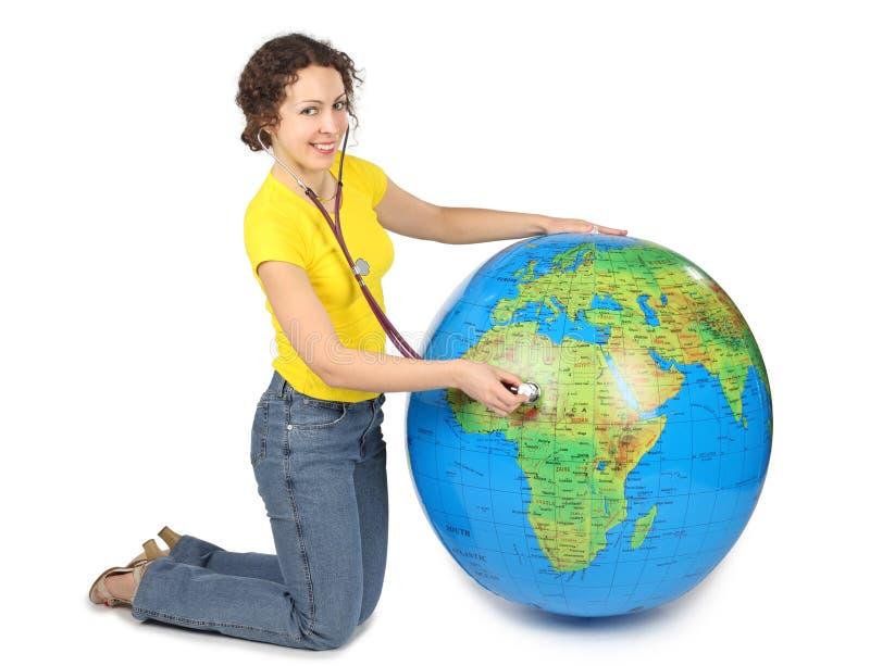 Femme avec le stéthoscope et le grand globe gonflable images stock