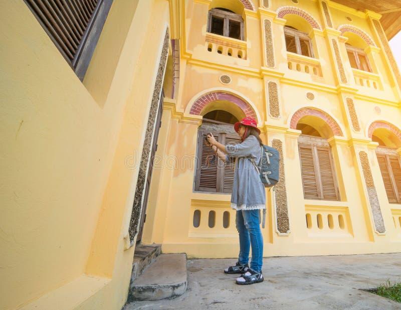Femme avec le style colonial de maison photographie stock libre de droits