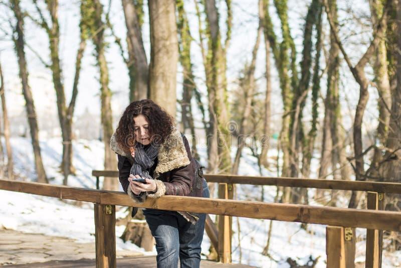 Femme avec le téléphone intelligent photos libres de droits