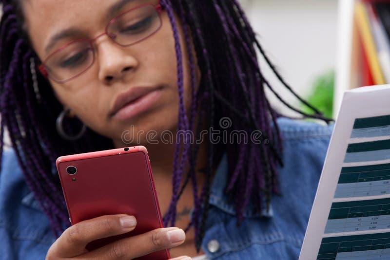 Femme avec le téléphone portable photographie stock