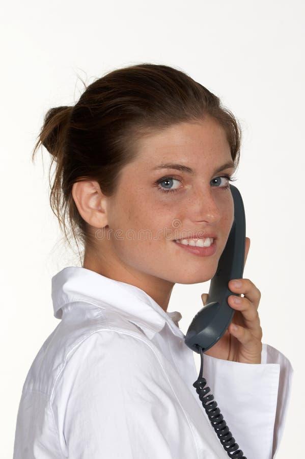 Femme avec le téléphone regardant en arrière images stock