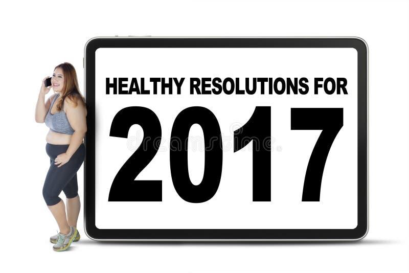 Femme avec le texte sain des résolutions 2017 photographie stock libre de droits