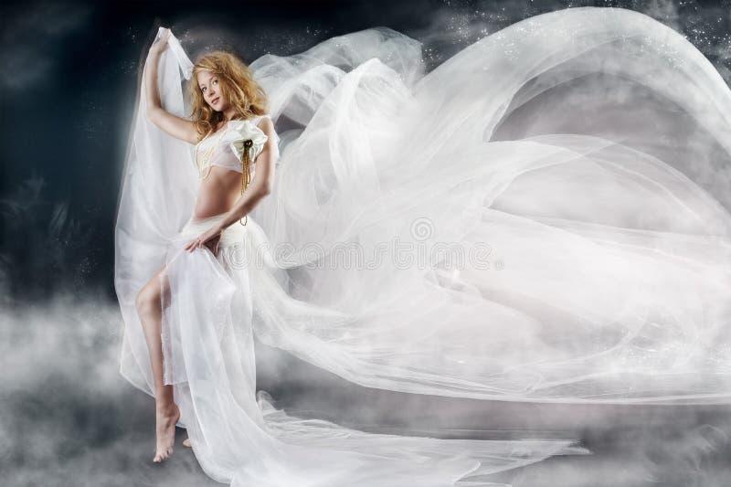 Femme avec le tissu de blanc de vol photographie stock libre de droits