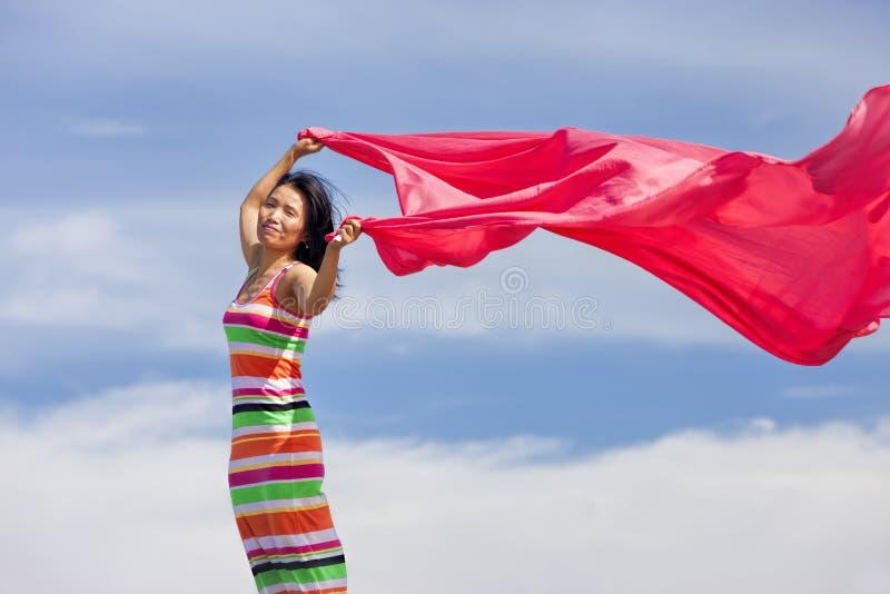 Femme avec le tissu rose. image stock