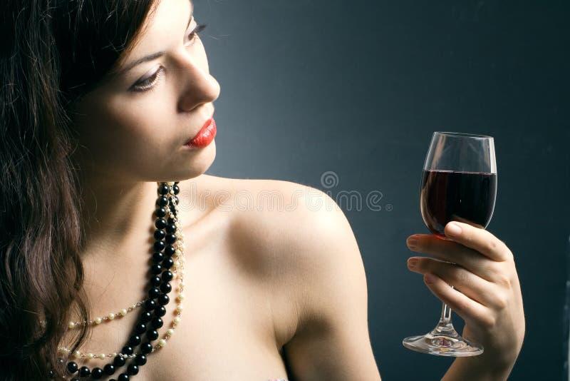 Femme avec le vin rouge en verre photo libre de droits