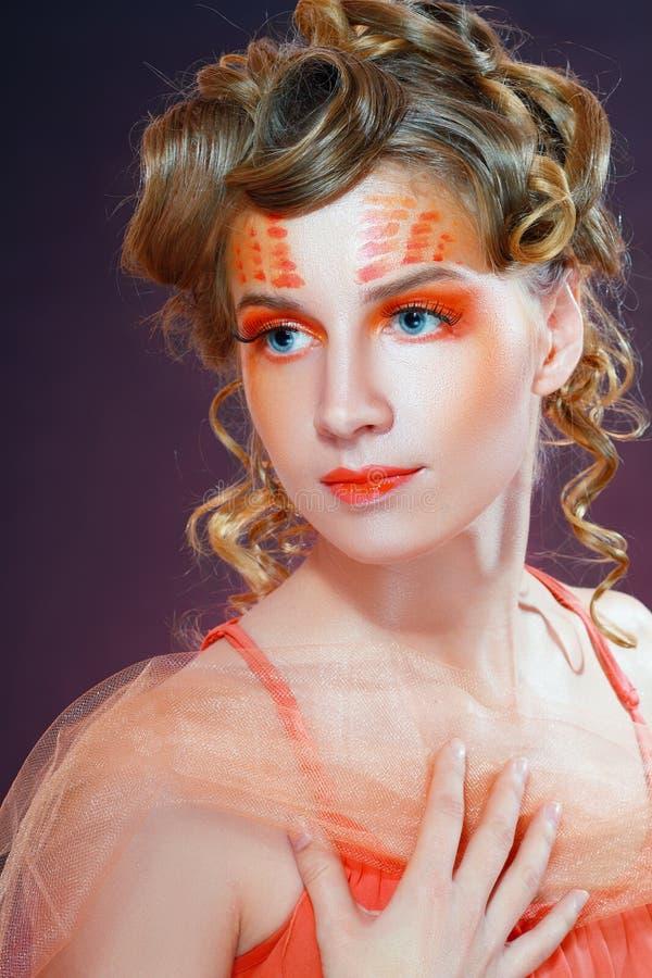 Femme avec le visage artistique orange photo stock