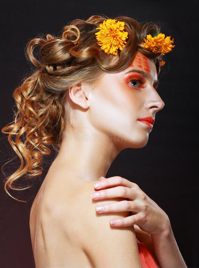 Femme avec le visage artistique orange photos libres de droits