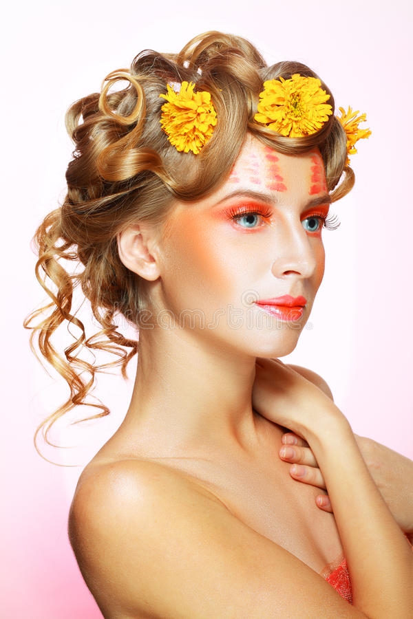 Femme avec le visage artistique orange photographie stock libre de droits