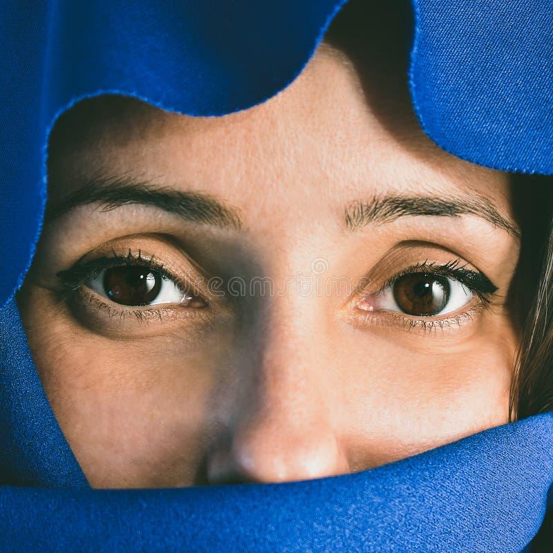 Femme avec le visage couvert photo libre de droits