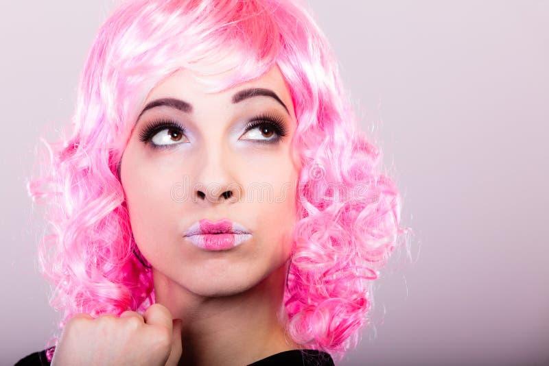 Femme avec le visage créatif de perruque rose images stock