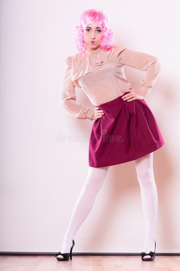 Femme avec le visage créatif de perruque rose image libre de droits