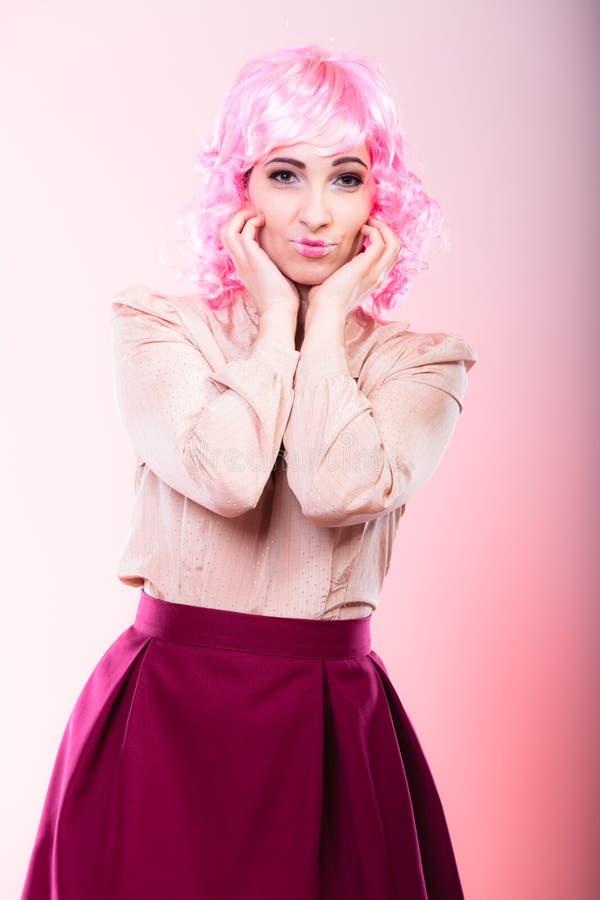 Femme avec le visage créatif de perruque rose photographie stock