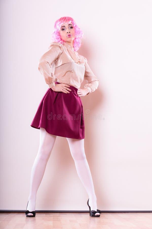 Femme avec le visage créatif de perruque rose image stock