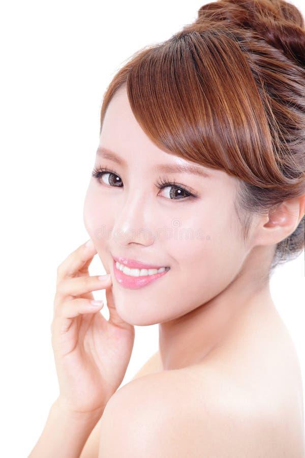 Femme avec le visage de beauté et la peau parfaite photographie stock libre de droits