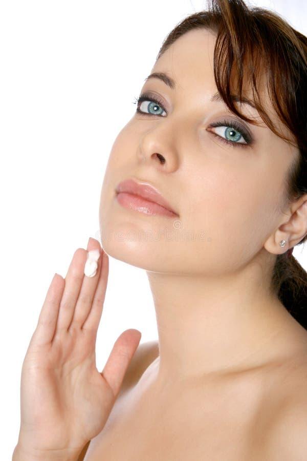 Femme avec le visage ou la crème corporelle images libres de droits