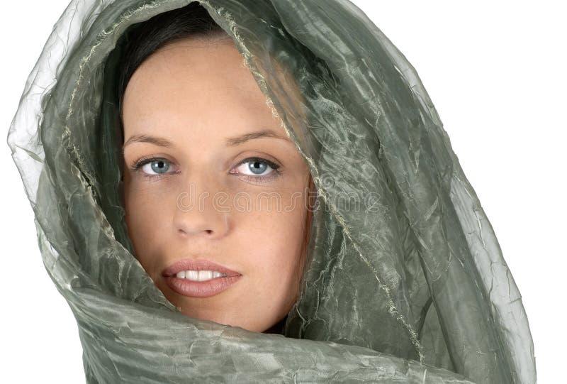 Femme avec le voile et l'écharpe en soie de visage de style du Moyen-Orient photographie stock libre de droits