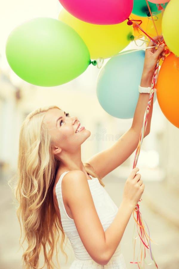 Femme avec les ballons colorés photo stock