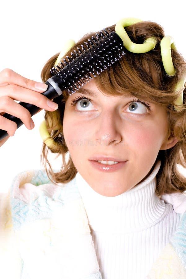 Femme avec les bigoudis et le hearbrush image stock
