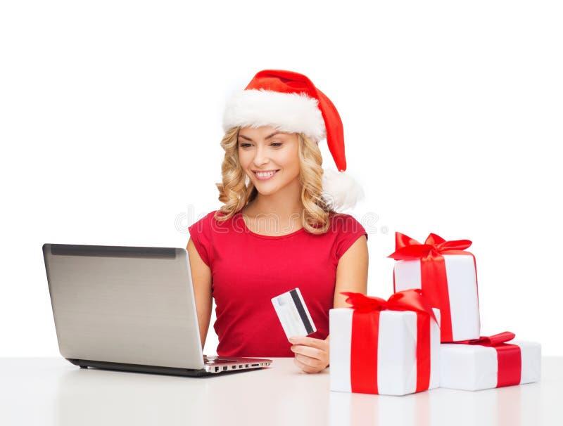 Femme avec les cadeaux, l'ordinateur portable et la carte de crédit image stock