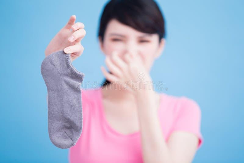 Femme avec les chaussettes puantes image libre de droits