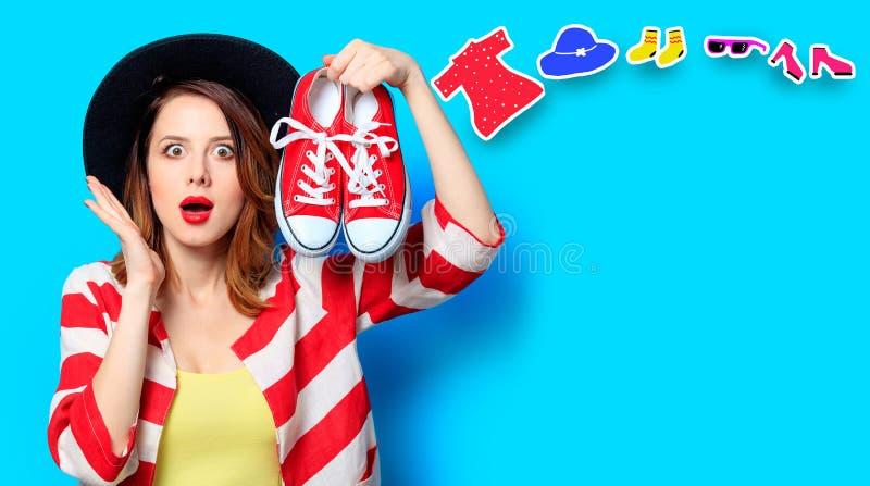Femme avec les chaussures en caoutchouc et les vêtements rouges photo libre de droits