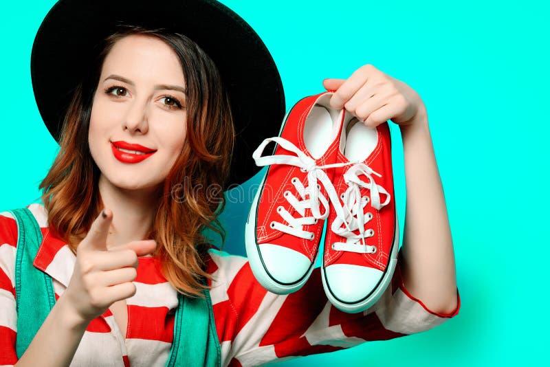 Femme avec les chaussures en caoutchouc rouges images stock