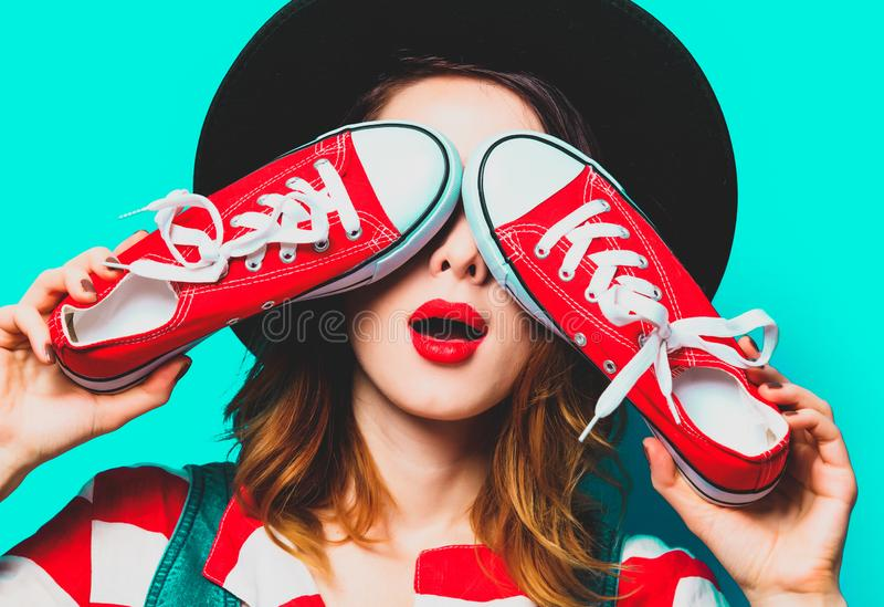 Femme avec les chaussures en caoutchouc rouges image libre de droits