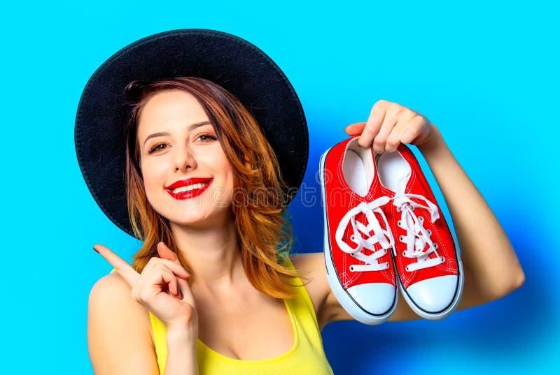 Femme avec les chaussures en caoutchouc rouges photographie stock