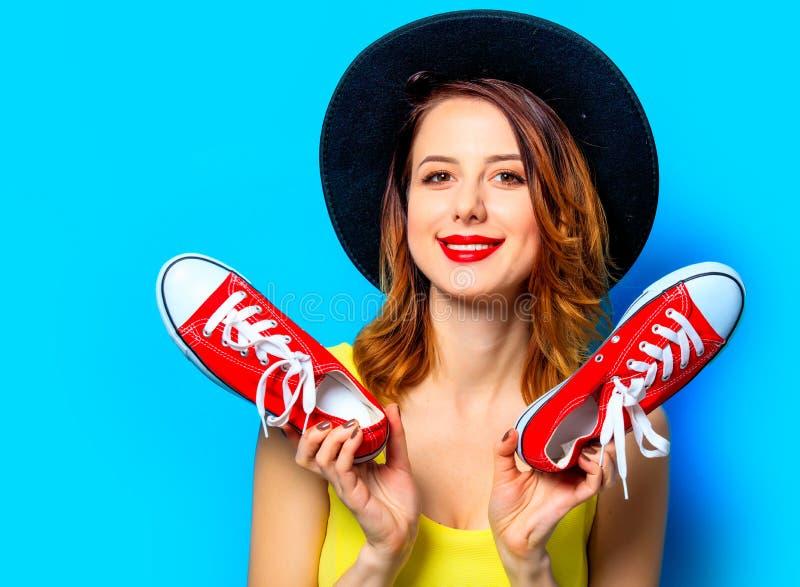 Femme avec les chaussures en caoutchouc rouges photo libre de droits