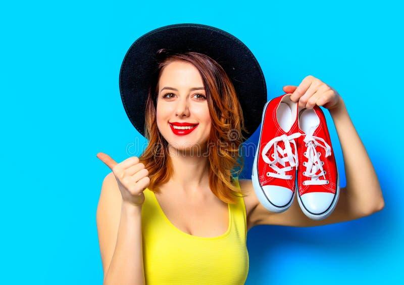 Femme avec les chaussures en caoutchouc rouges photographie stock libre de droits
