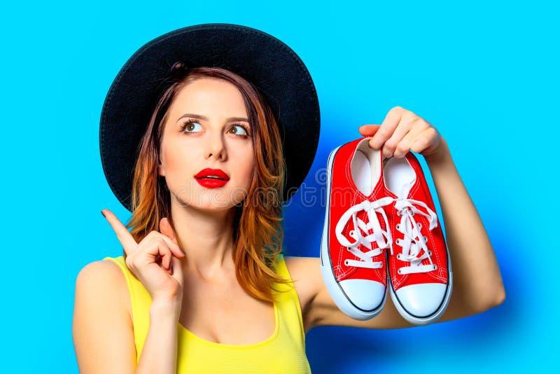 Femme avec les chaussures en caoutchouc rouges images libres de droits