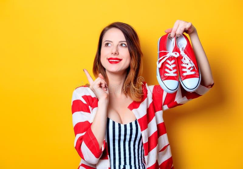 Femme avec les chaussures en caoutchouc rouges photos libres de droits