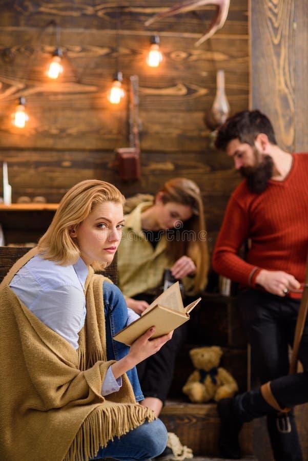 Femme avec les cheveux blonds et le roman adroit de favori de lecture de regard Épouse de bûcheron appréciant le nouveau livre Ho photos stock
