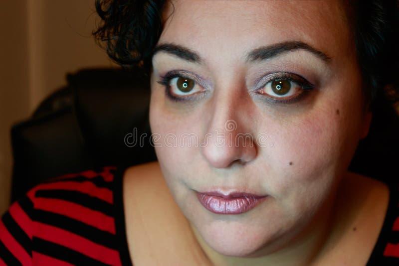 Femme avec les cheveux courts dans les rayures photographie stock libre de droits