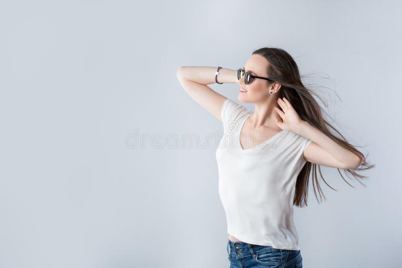 Femme avec les cheveux de flottement avec le vent images libres de droits
