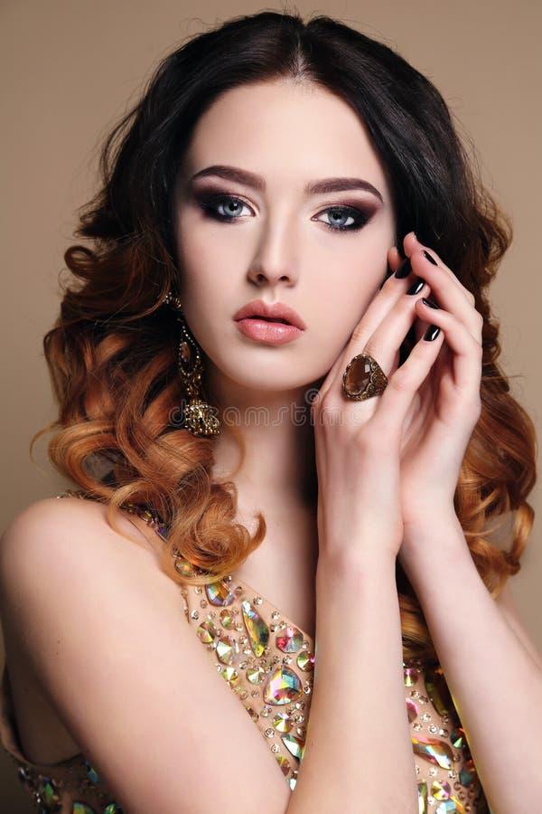 Femme avec les cheveux foncés portant la robe et le bijou luxueux de paillette images libres de droits